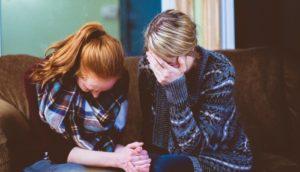 Due donne piangono